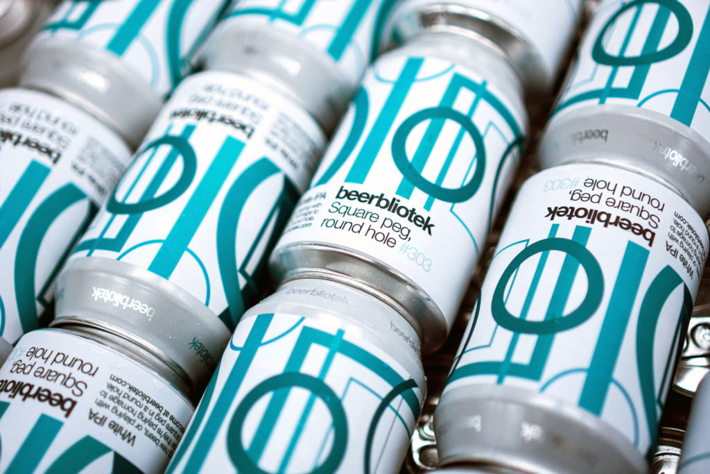 A can pattern of Square peg, round hole, a White IPA, brewed by Swedish Craft Brewery Beerbliotek.