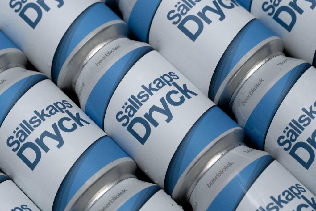 A photo pattern of cans of Sällskapsdryck, an American Pale Ale, brewed at Swedish Craft Brewery Beerbliotek.