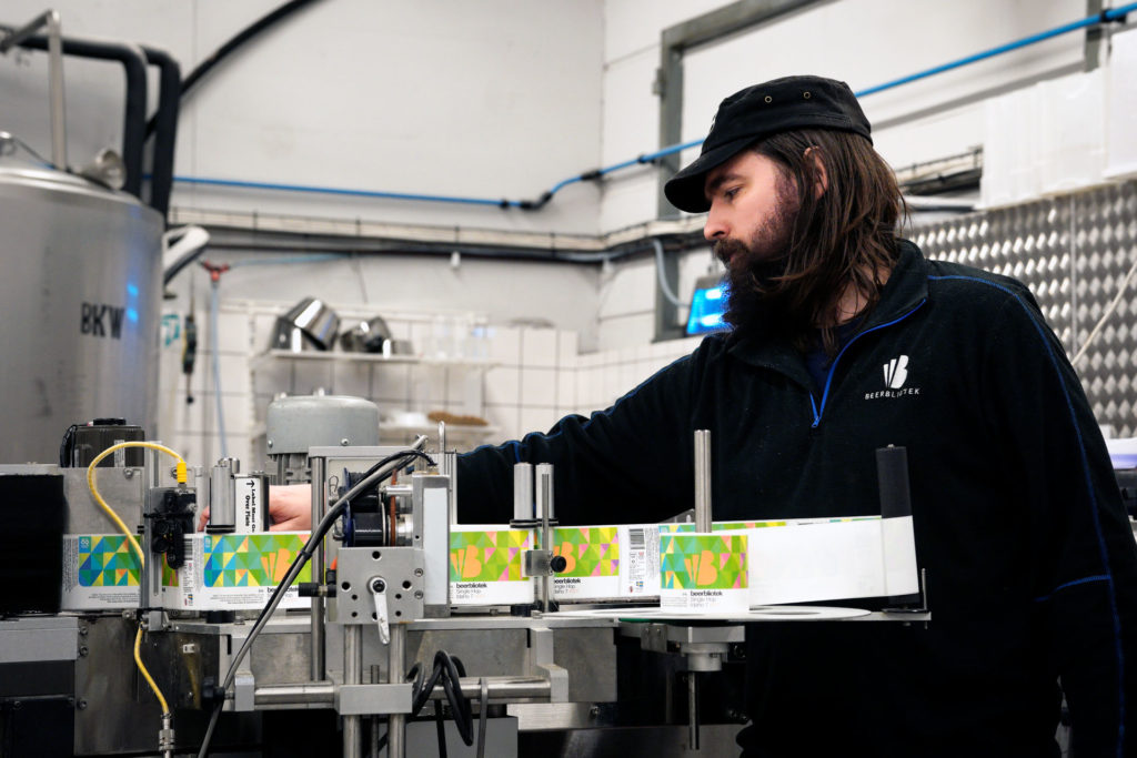 Jeremy packaging Single Hop Idaho 7, a IPA, during packaging at Swedish Craft Brewery Beerbliotek.
