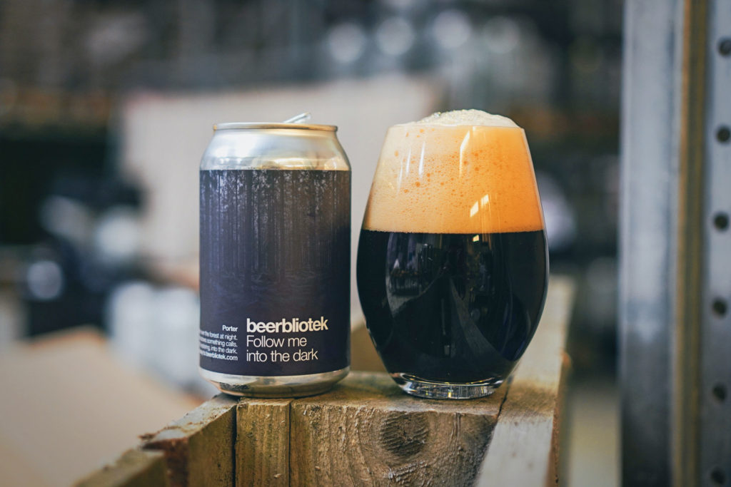 A tasting glass and can of Follow me into the dark, a Porter brewed by Swedish Craft Brewery Beerbliotek.